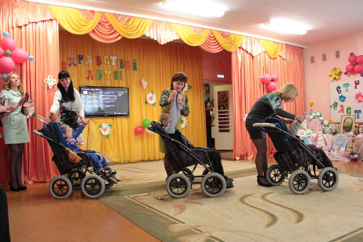 Дети танцевали вальс с педагогами.