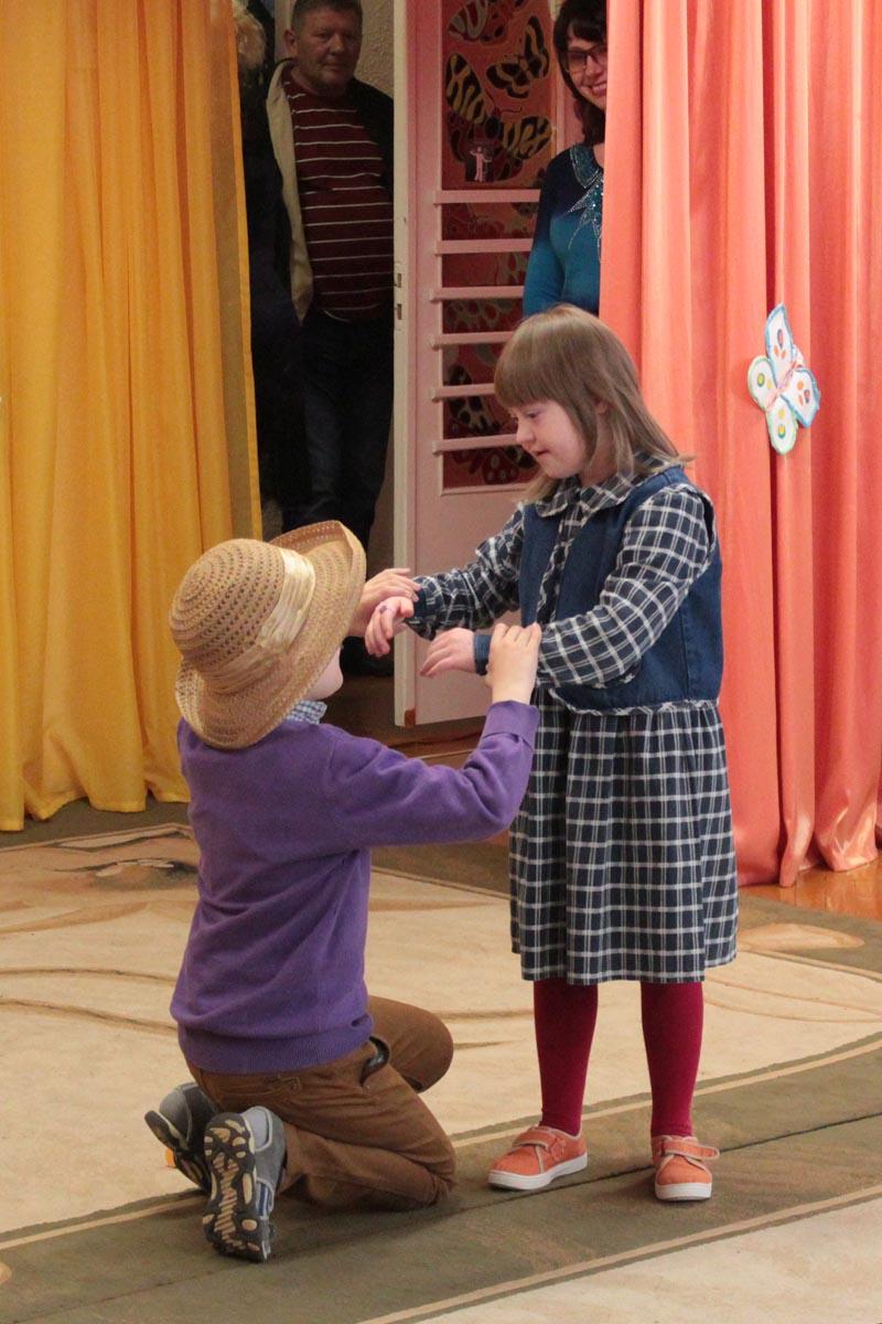 Лера и Женя, ученики 1 класса центра, подарили зрителям танец.