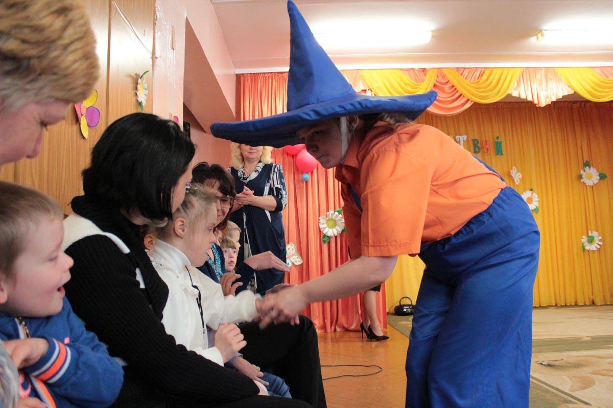 Незнайка жмет руку всем детям и обещает к сентябрю поумнеть.
