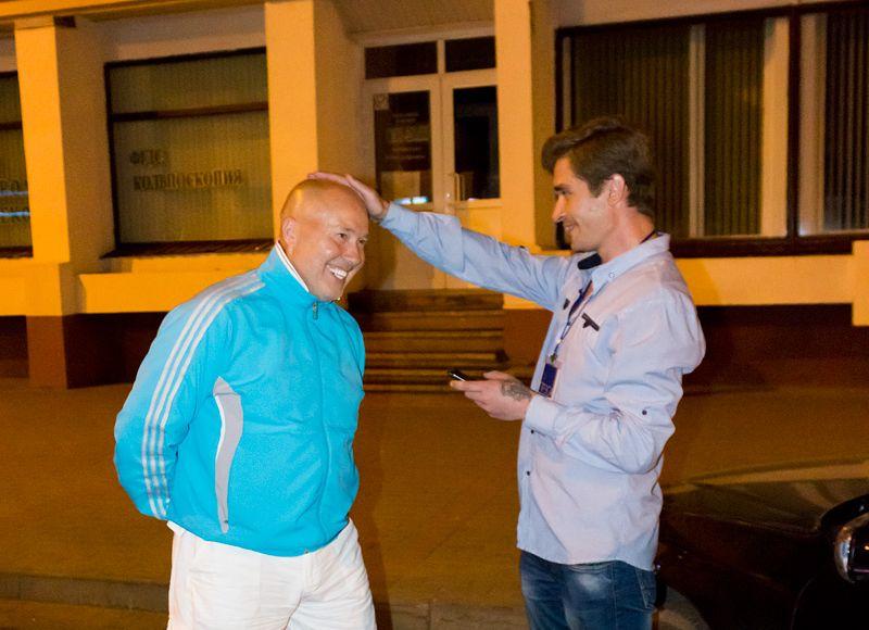 На прощание Александр Солодуха разрешил дотронуться на счастье к его голове журналисту Intex-press Виталию Кузнецову