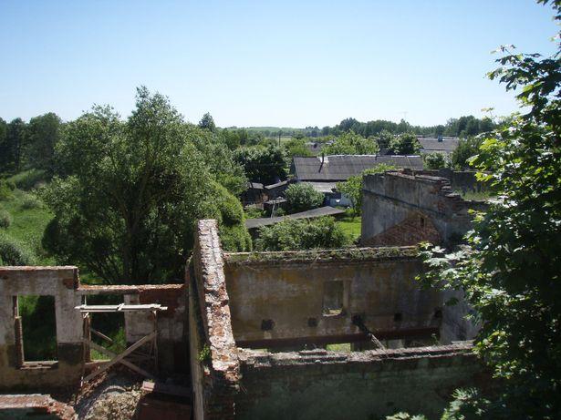 На реке очень много руин от гидротехнических сооружений.