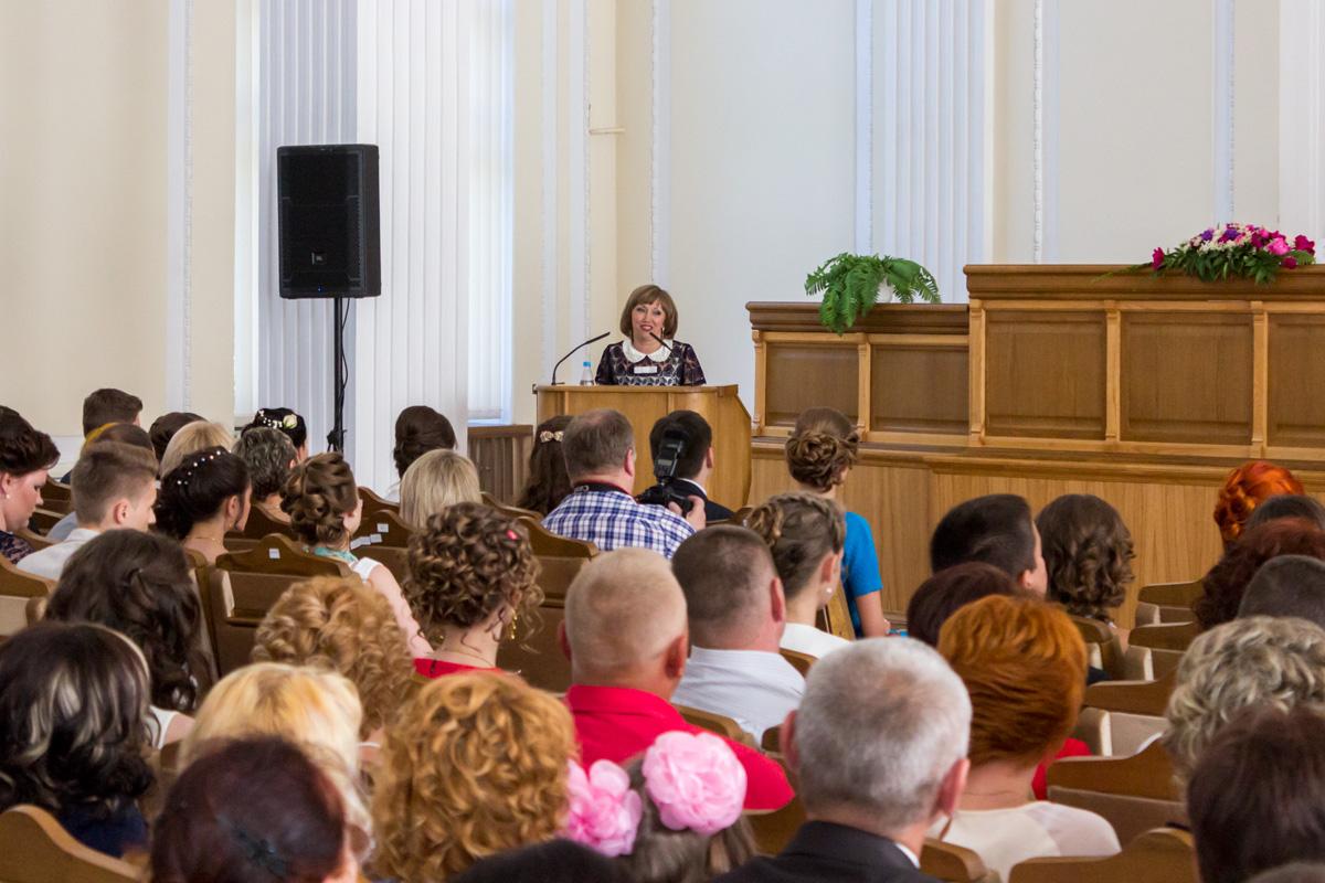 Выпускников поздравила начальник отдела образования, спорта и туризма Барановичского горисполкома Елена Соловей