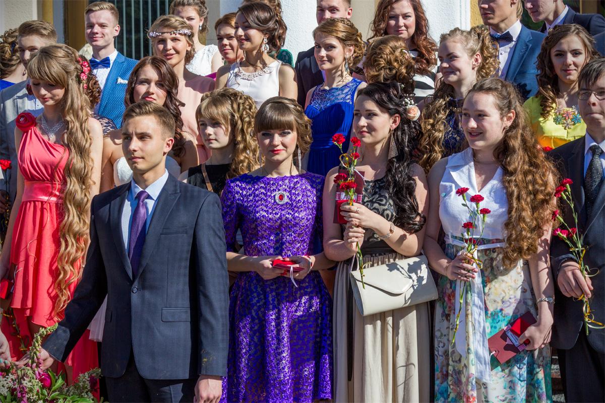 Выпускники после торжественной церемонии награждения