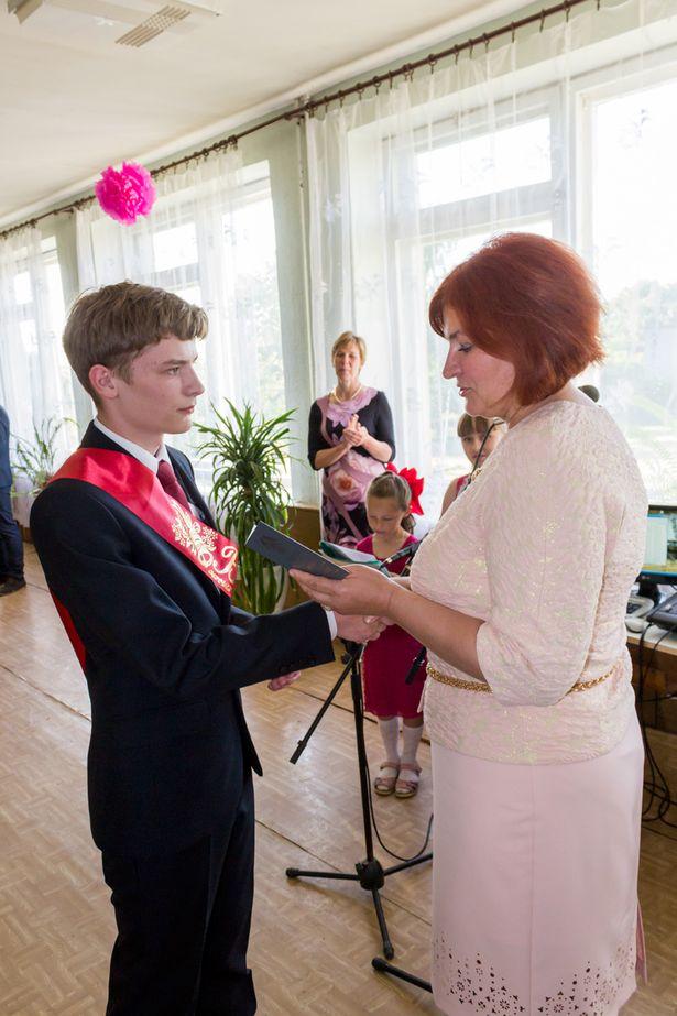Директор школы Марина Воронкович вручает аттестат золотому медалисту Андрею Матусевичу.