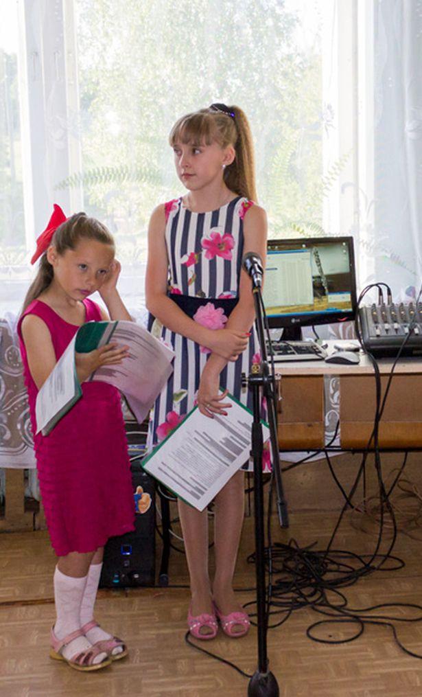 Ведущие выпускного вечера – пятиклассница Карина и ученица второго класса Ангелина.