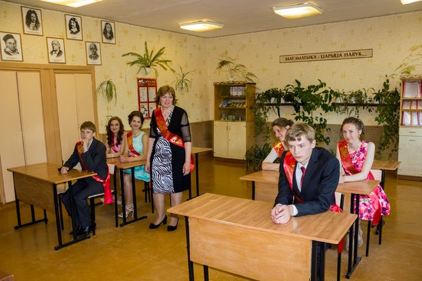 Выпускники с классным руководителем Людмилой Матусевич в кабинете математики.