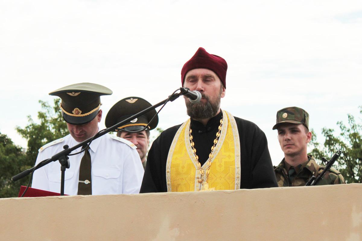 Напутственные слова произносит священник Свято-Покровского собора отец Анатолий
