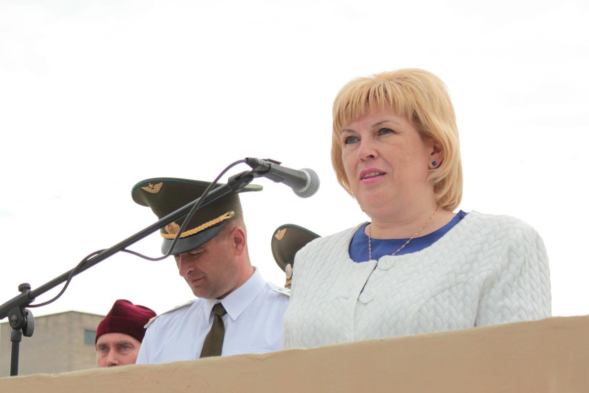 Мать военнослужащего, принявшего военную присягу, Ольга Искарева, поздравляет новобранцев и желает служить честно и достойнно
