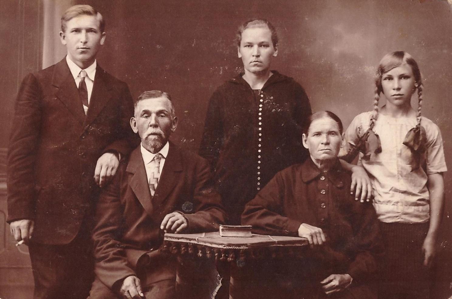 Язэп Вількоўскі (крайні злева ) з бацькам, маці, сястрой і пляменніцай, 1930 г.