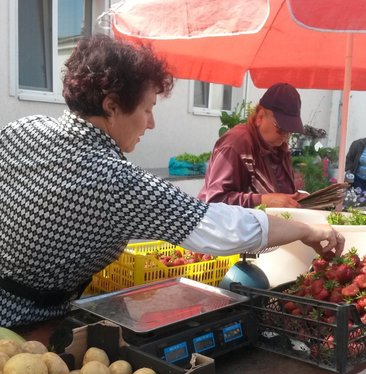 Клубнику продавали жители Барановичского региона.