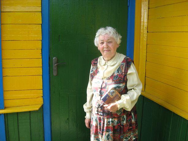 Браніслава Лапкоўская каля сваёй хаты. Фота: Аляксей БЕЛЫ.
