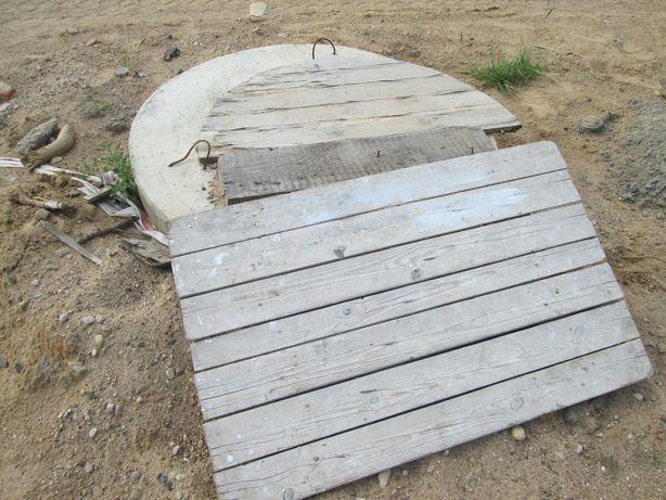 Канализационные люки прикрыты деревянными щитами.
