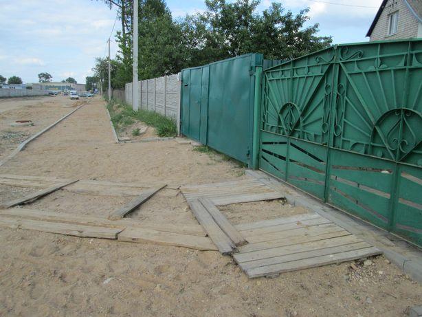 Жители улицы как могут обустраивают подъезды к своим воротам.