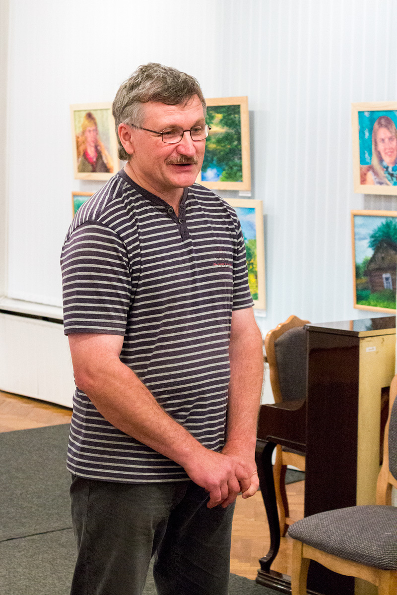 Художник Михаил Нуднов обращается к посетителям экспозиции