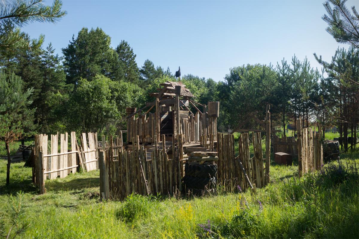 На игровой площадке были сооружены крепость и укрепления
