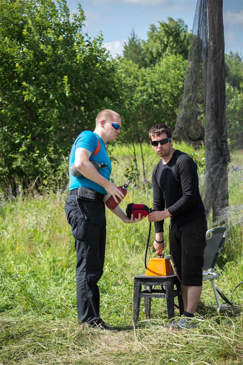 Участники заправляют баллоны для маркеров воздухом