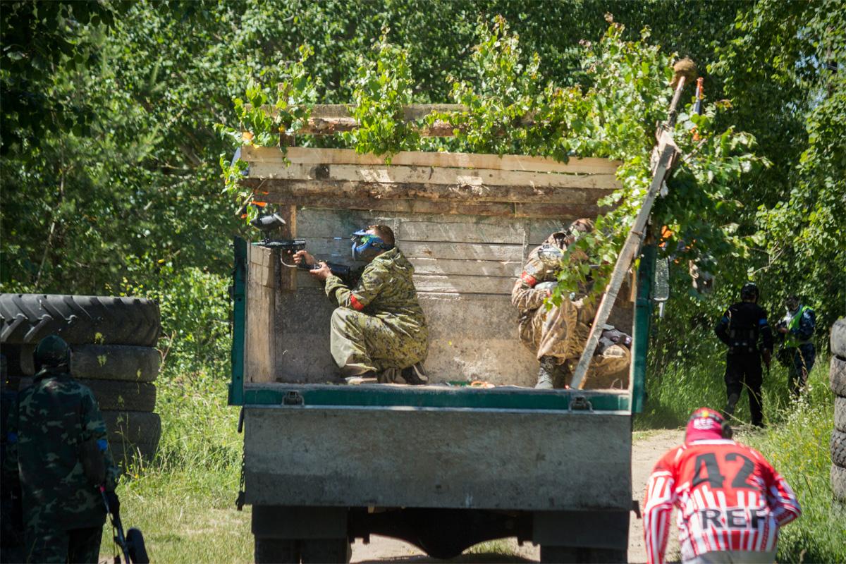 На помощь атакующей стороне приходит грузовик с подкреплением