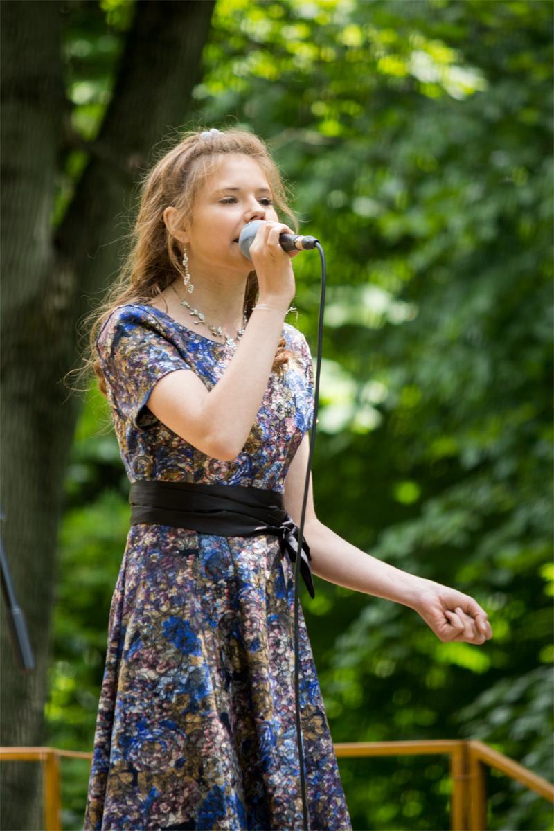 Яна Юшкевич исполняет песню «Беларусь моя синеокая»
