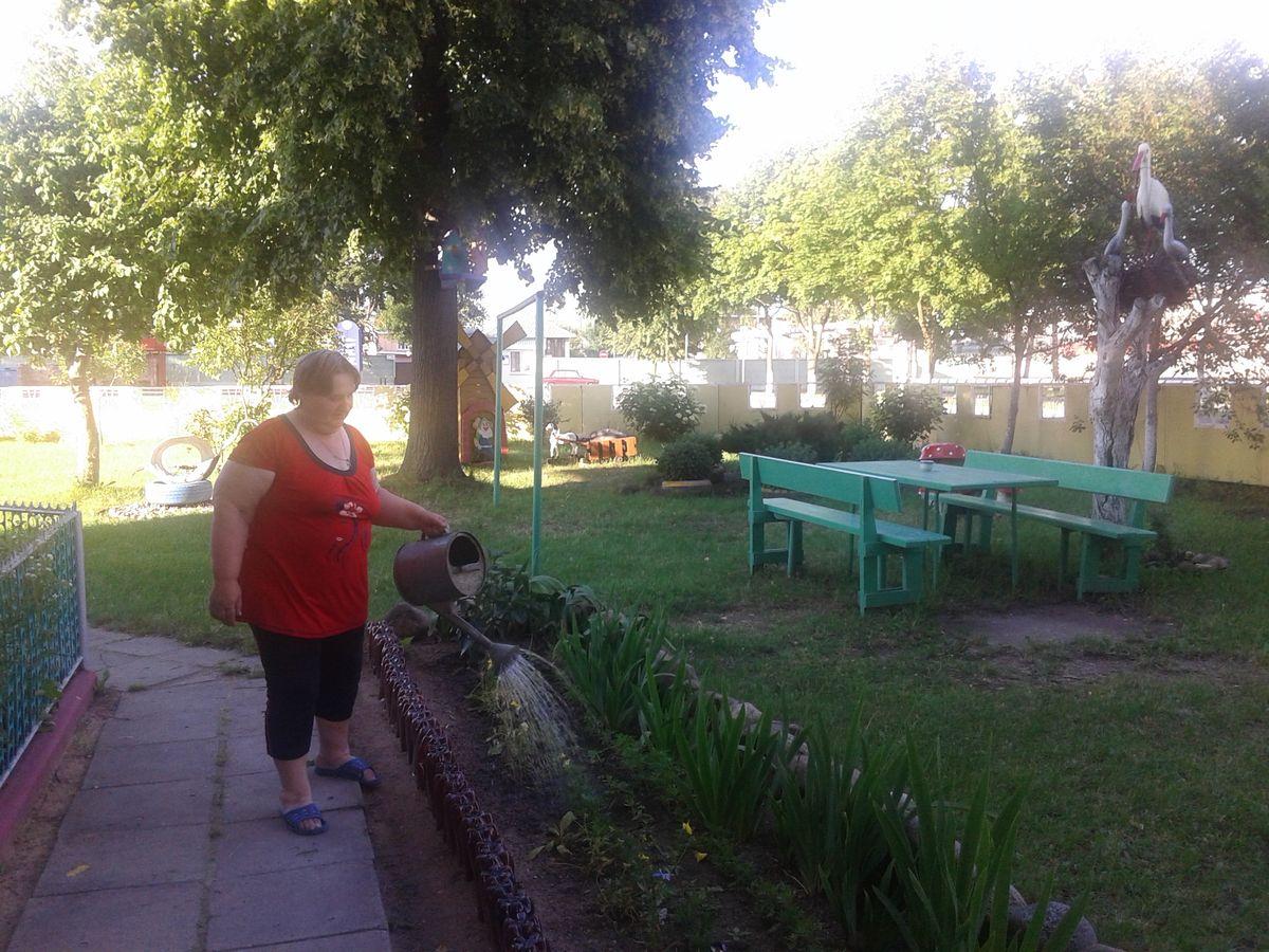 Пенсионерка Надежда Житко отвечает за цветочное оформление двора. ФОТО: Екатерина ПОТОЦКАЯ