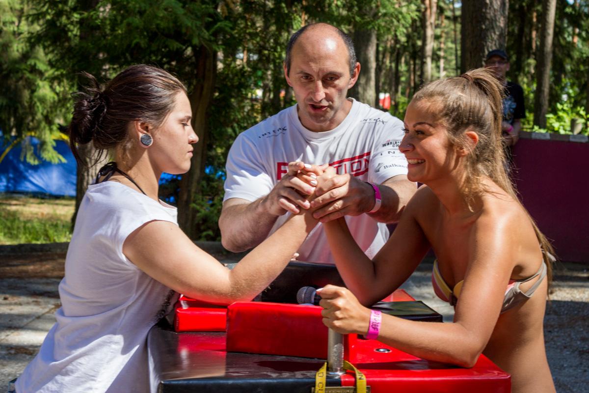 В соревнованиях по армрестлингу первыми участвуют девушки...