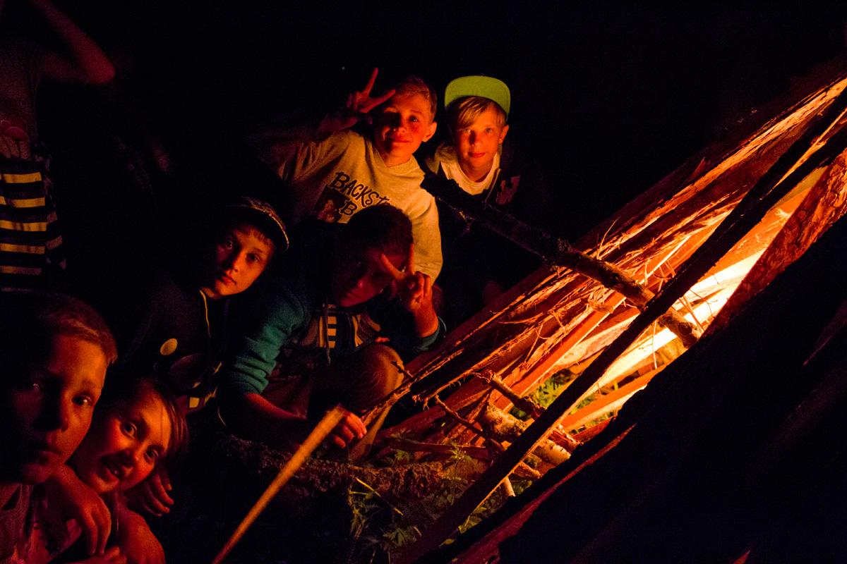 Крошинские ребята разжигают костер.