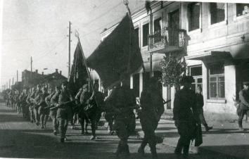 Советские войска на одной из улиц города Барановичи в день освобождения от гитлеровцев. Фото: Капустянский А.Б.  (РГАКФД)