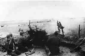 Артиллерийская батарея 1-го Белорусского фронта под командованием лейтенанта Логинова во время боя под Барановичами. Автор фото не уточнен, (РГАКФД)