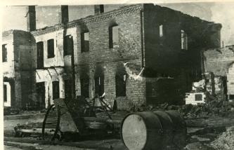 Разрушенное гитлеровцами при отступлении здание городской радиостанции в Барановичах, 10.07.1944 г. Фото: Копыт Е. (РГАКФД)