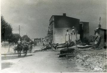 Советская кавалерийская часть вступает в город Барановичи. Фото: Штыпенко (РГАКФД)