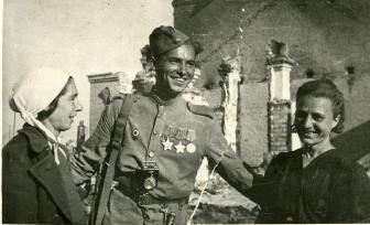 Жительницы города Барановичи беседуют со своим освободителем – бойцом Красной Армии. Фото: Копыт Е. (РГАКФД)