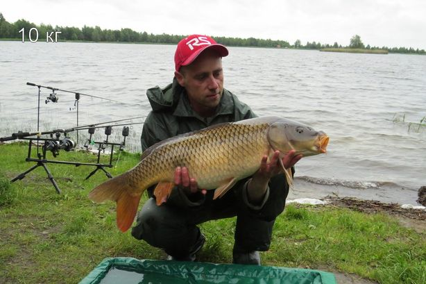 Андрей Пшевлоцкий с трофеем – карпом весом 10 кг 650 г на озере Новое. Фото: архив рыбака