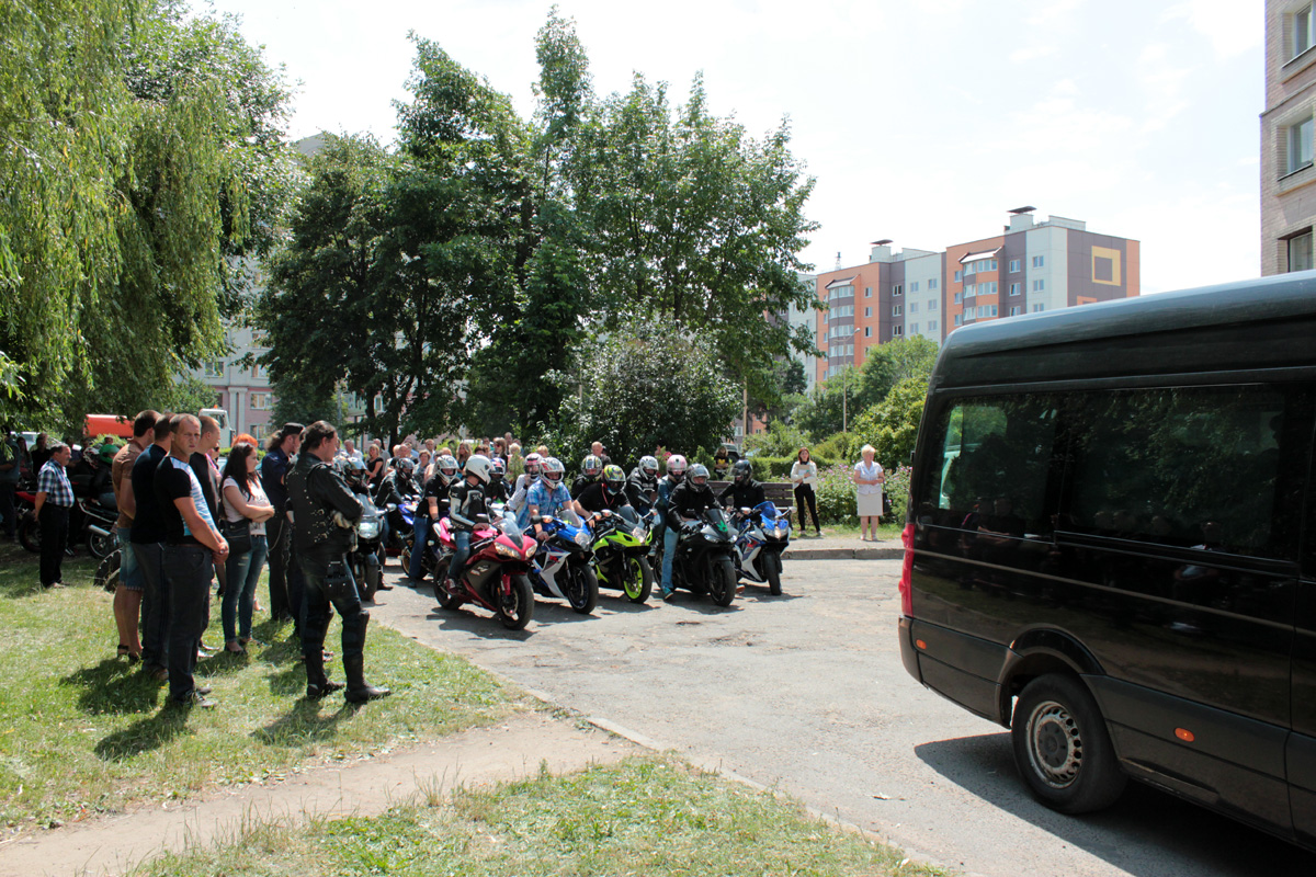 Байкеры приехали на похороны погибшего друга. Фото: Юрий ПИВОВАРЧИК