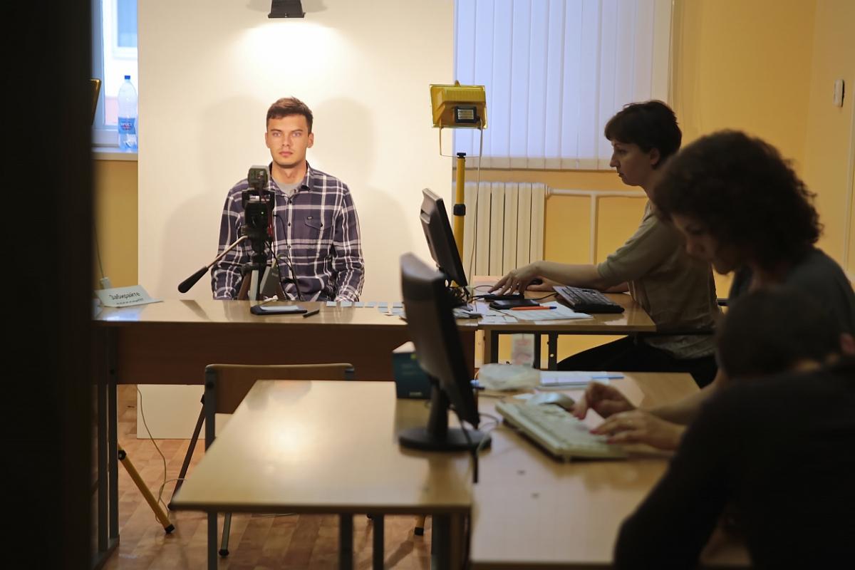 Перед подачей документов абитуриентов фотографируют для студенческого билета. Работники БарГУ говорят, что такого количества фотографий, как 15 июля, они не делали за предыдущие дни вступительной кампании.