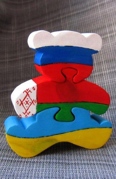 Сувенир, раскрашенный в национальные цвета Беларуси и Украины . Фото из архива Виктора Дарковича.
