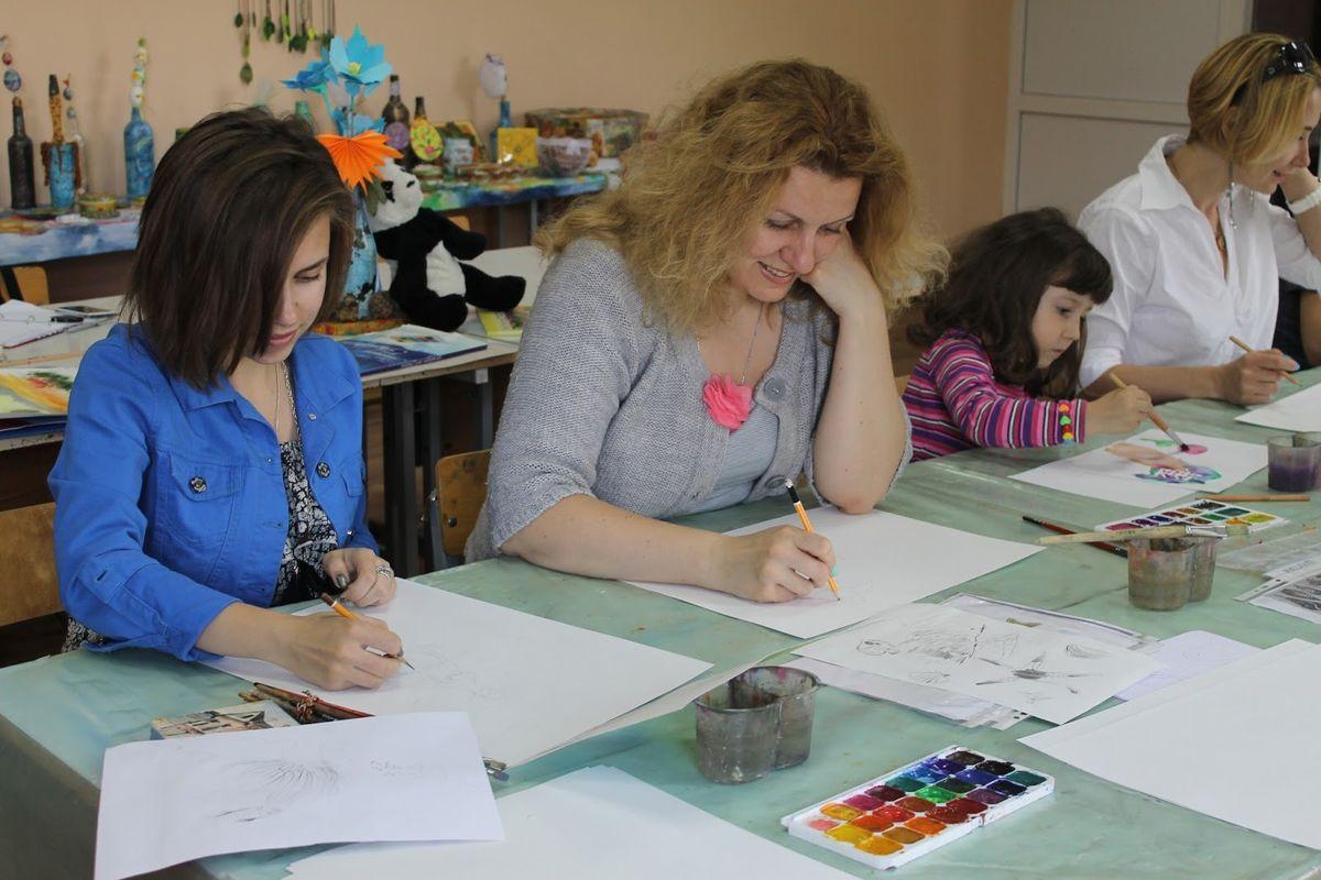 Анастасия Чайка и Татьяна Можейко занимаются в школе уже около трех месяцев. Фото: Катя ГЕТЦ