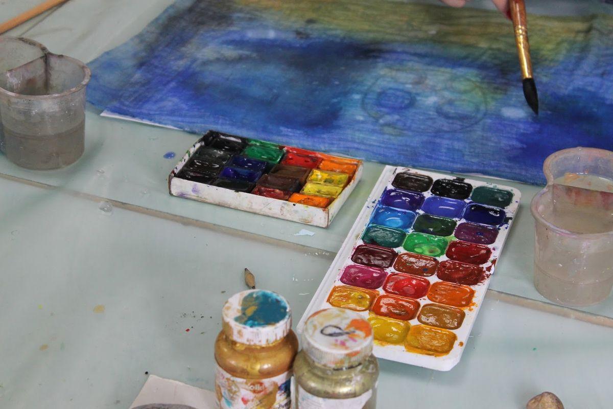 После нанесения краски, лист с марлей отправляется высыхать. Фото: Катя ГЕТЦ