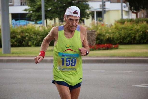 В забеге принимали участие пожилые люди. Фото: Виктор ШУМЕЛЬ.