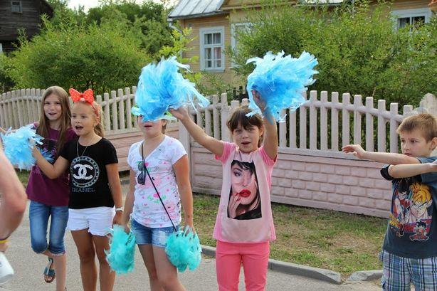 Люди приветствовали бегунов. Фото: Виктор ШУМЕЛЬ.