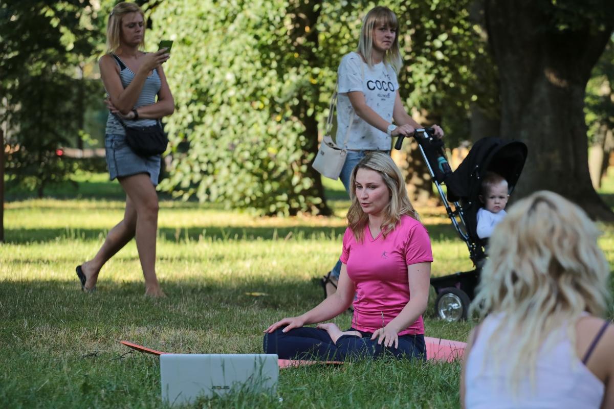 Занятия йогой в Молодом парке.