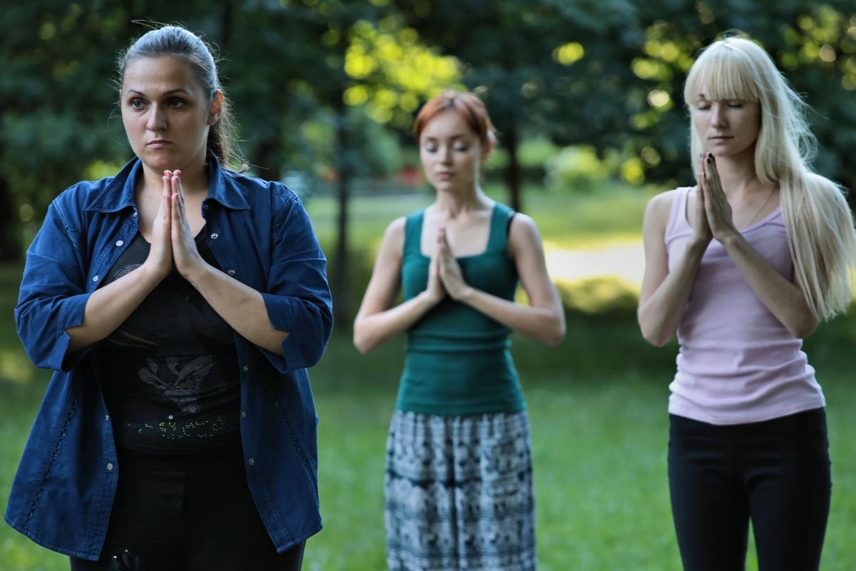 Жительница Барановичей Ирина (слева) занимается дзюдо и рукопашным боем, на занятия йогой пришла впервые по совету тренера.