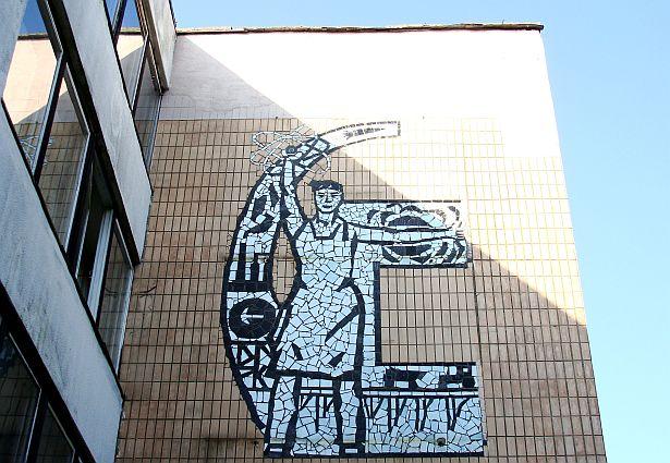 Мазаічнае пано ў стылі сацрэалізму на сцяне заводу Аўтаматычных ліній у Баранавічах, 70-е годы.