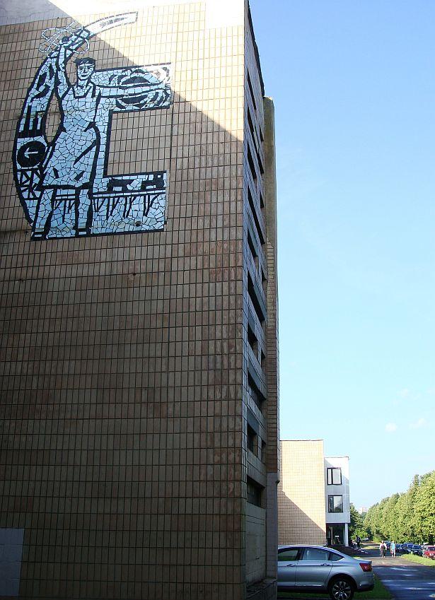 Мазаічнае пано ў стылі сацрэалізму на сцяне заводу Аўтаматычных ліній у Баранавічах, 70-е годы. Фота: Алесь Гізун