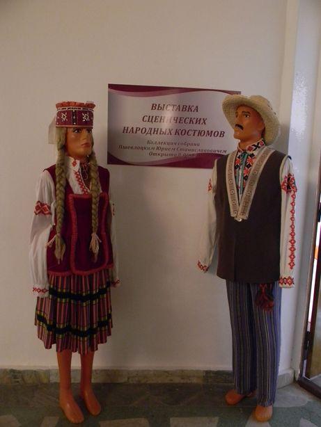 На входе в музей людей встречают два самодельных манекена. Фото: Елена ПОЛЯКОВА.