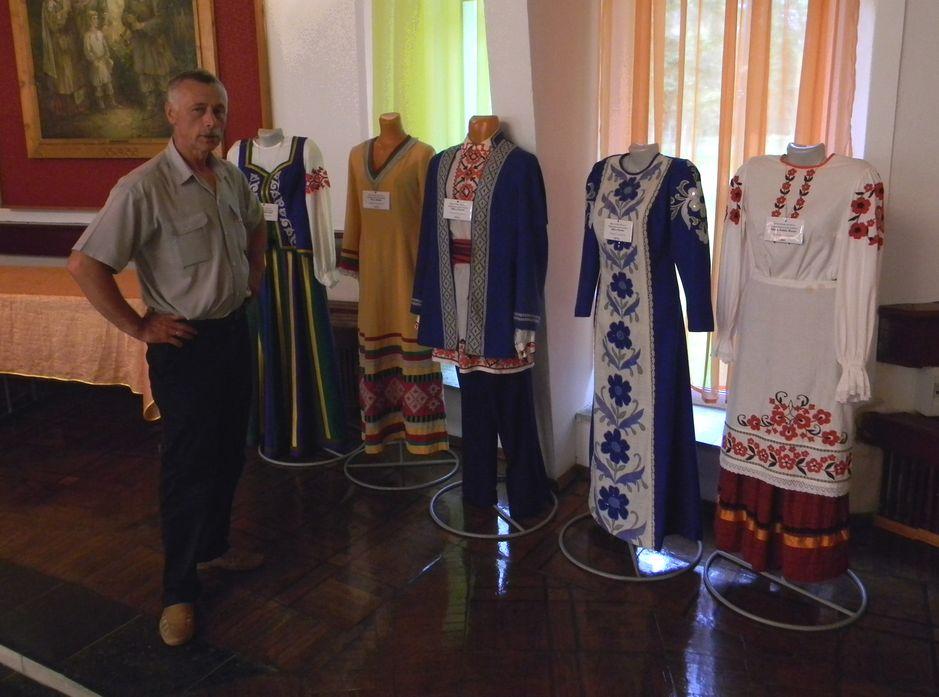 Юрий Пшевлоцкий собирал костюмы по всей стране. Фото: Елена ПОЛЯКОВА.