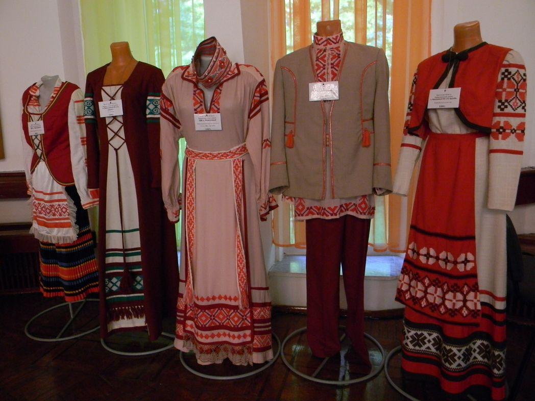 Часть коллекции подарена известными танцевальными и вокальными коллективами Беларуси.  Фото: Елена ПОЛЯКОВА.