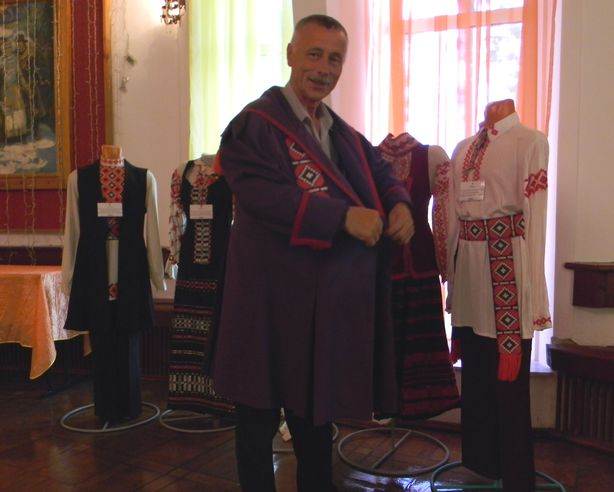 Юрий Пшевлоцкий демонстрирует костюм. Фото: Елена ПОЛЯКОВА.