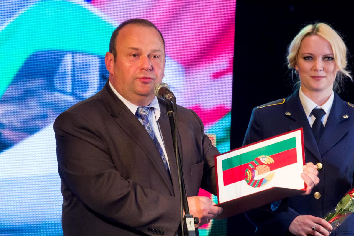 Председатель городского исполнительного комитета Юрий Громаковский поздравляет железнодорожников
