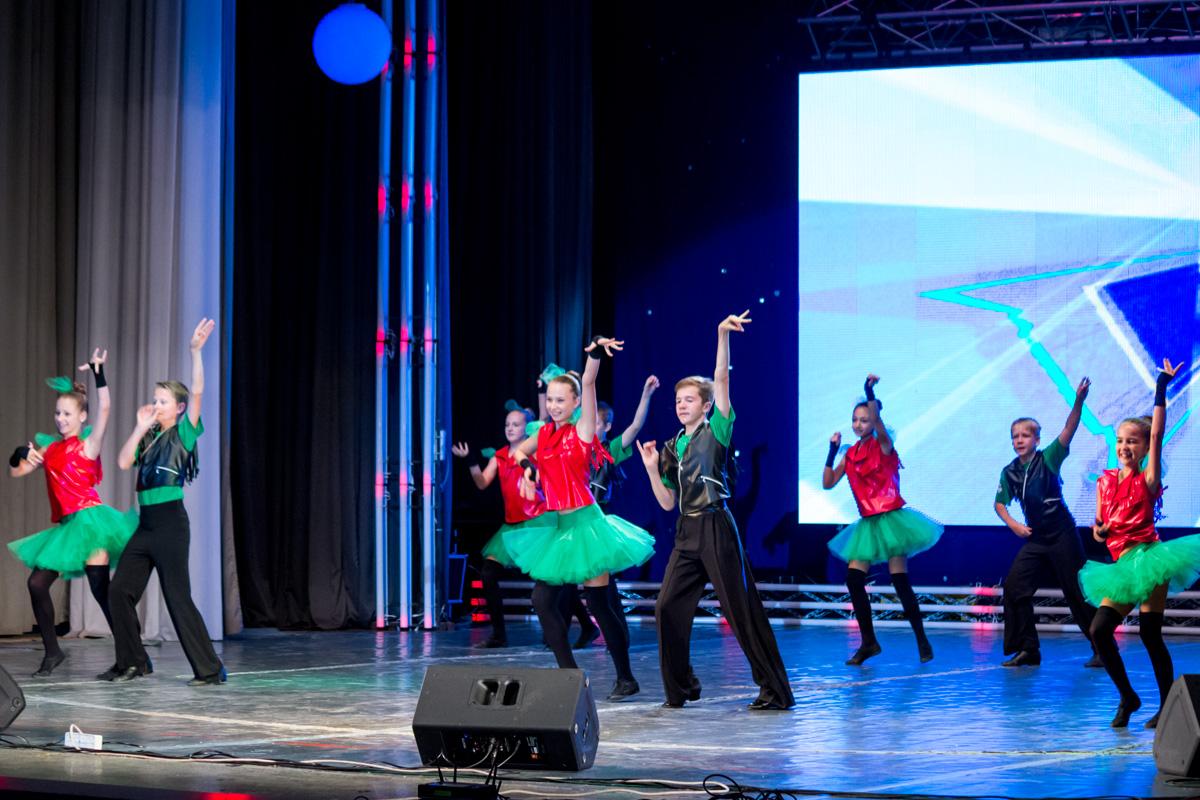 На сцене выступает ансамбль современного бального танца «Фиеста»
