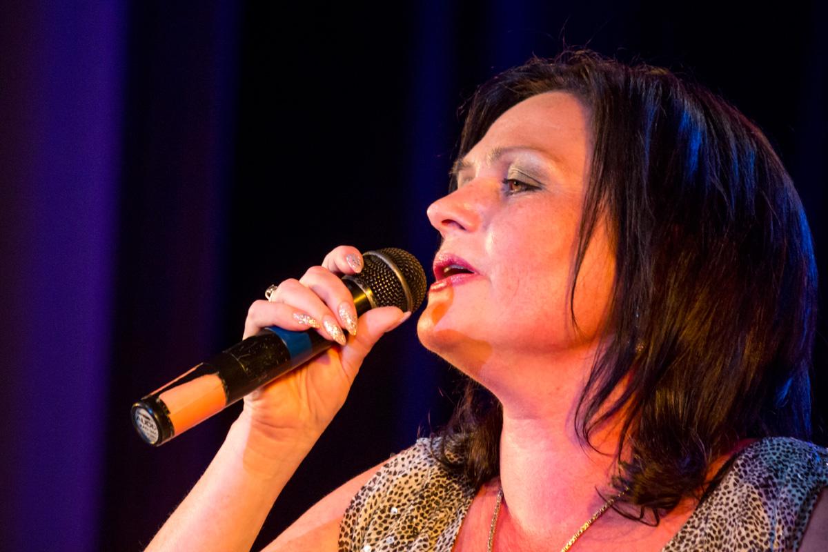 Елена Легостева исполняет песню «Пусть Вам повезет в любви»
