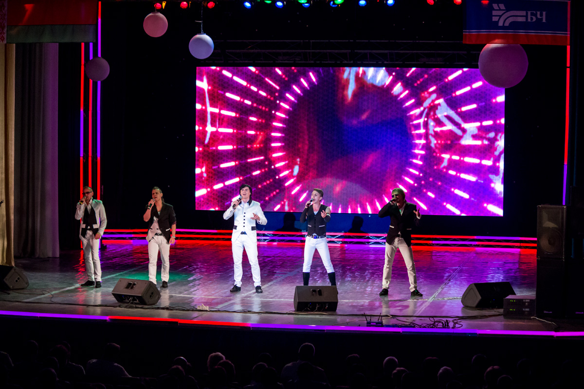 На сцене выступает арт-группа «Беларусы»